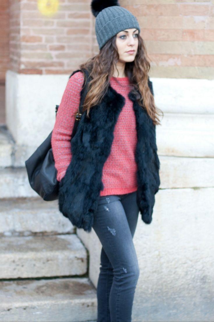 Un po' di colore con il maglione a nido d'ape rosa corallo, per spezzare il total black! #sales #coat #wool #denim #bag #hat #outfit #dress #clothes #girly #fashion #style #model #Laltrastoria #autunnoinverno2016 #madeinitaly 🇮🇹 #rimini #senigallia #fano
