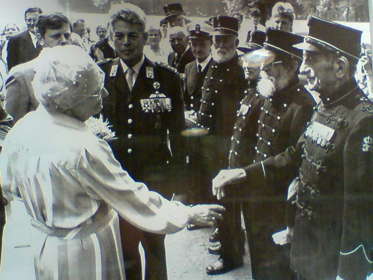 Queen Julianna from The Netherlands Mother of Beatrix grandmother of Willem Alexander ! Thanking Sergeant Majoor Cornelis Jan Adriaan Burgel Geb. 16-04-1902 Ellewoutsdijk Zeeland Overl, 02-01-1986. Bronbeek Arnhem Royal Netherlands East Indies Army Verg. zilv, medaille, Orde en vrede, Oorlogsher. kruis, Zilver. medaille Kroonorde van Siam.