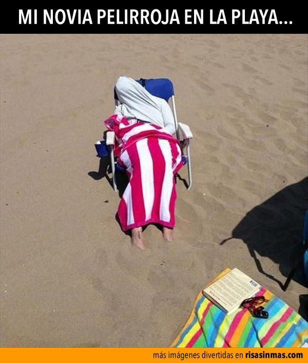 Mi novia pelirroja en la playa.