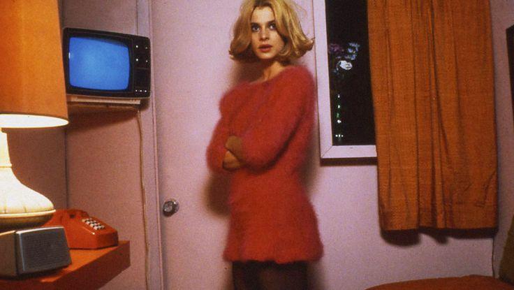 Настасья Кински не раз становилась героиней фэшн-съемок в 1980-е, правда, ее саму с трудом назовешь иконой стиля (впрочем, у нее множество других заслуг). И все же один из самых запоминающихся модных моментов в мировом кинематографе связан именно с ней — точнее, с ее ролью в фильме «Париж, Техас» режиссера Вима Вендерса 1984 года.