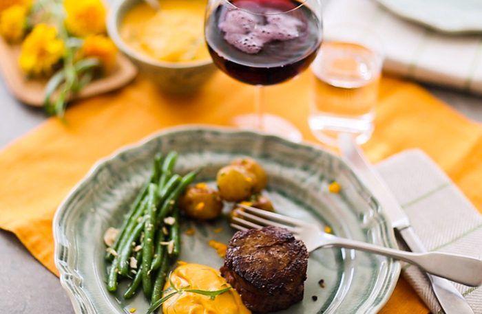 Oxfilé med sötpotatiscrème, saltbakad potatis och bönor – recept och film!