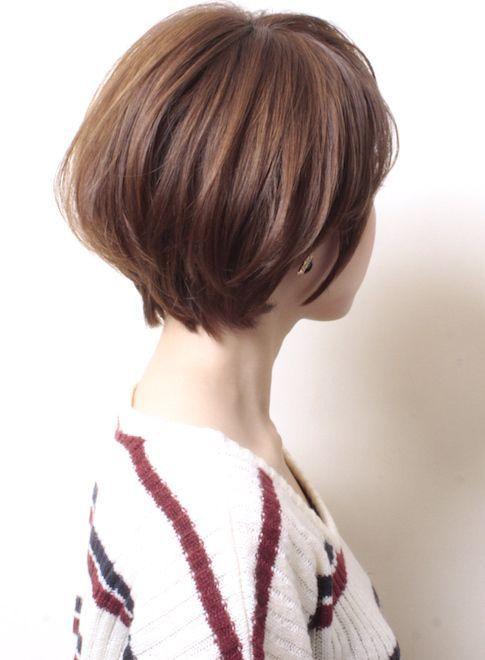 この画像のページは「今、ショートヘアが可愛い♡【アレンジも可能】ショートヘアのすすめ」の記事の3枚目の画像です。耳のラインに膨らみを持たせたヘアスタイルのマッシュボブ。 面長さんにおすすめのショートヘアスタイルです◎関連画像や関連まとめも多数掲載しています。