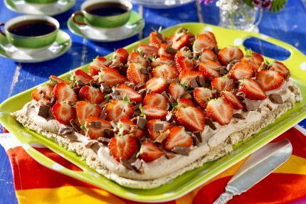 Ljuvligt rik smak av hasselnötter och jordgubbar. Perfekt tårta för det stora kalaset!