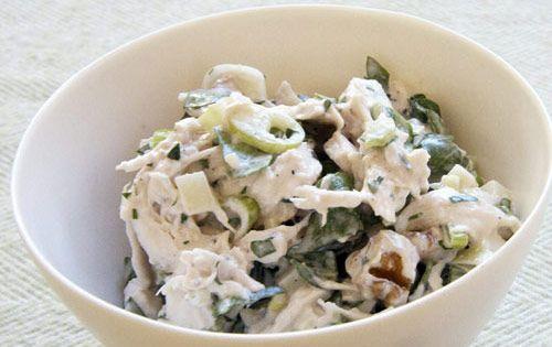 Clásica ensalada de pollo con verduras cocidas en una salsa de mayonesa con chiles jalapeños.
