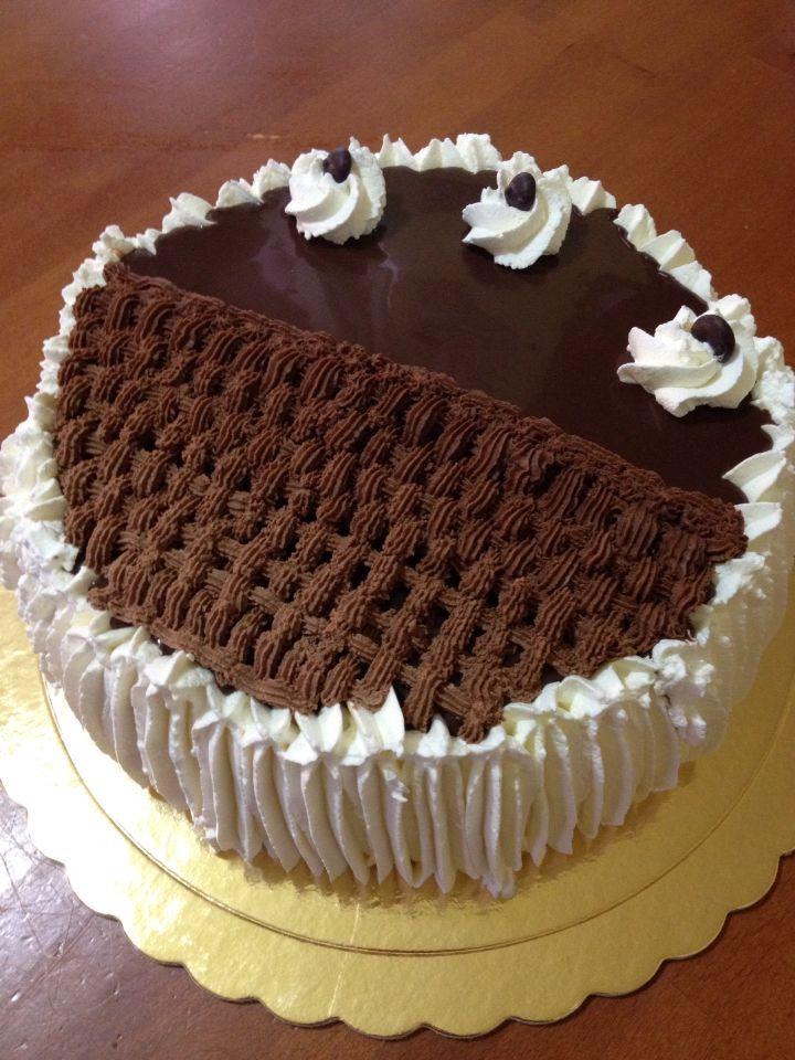 Torta crema e cioccolato decorata con panna e ganache