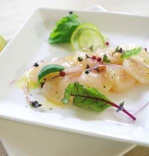 シンプルなホタテのカルパッチョ | レモン、岩塩、オリーブオイルで頂くホタテのカルパッチョ。魚介の美味しさを存分に堪能するため、味付けはごくごくシンプルに。