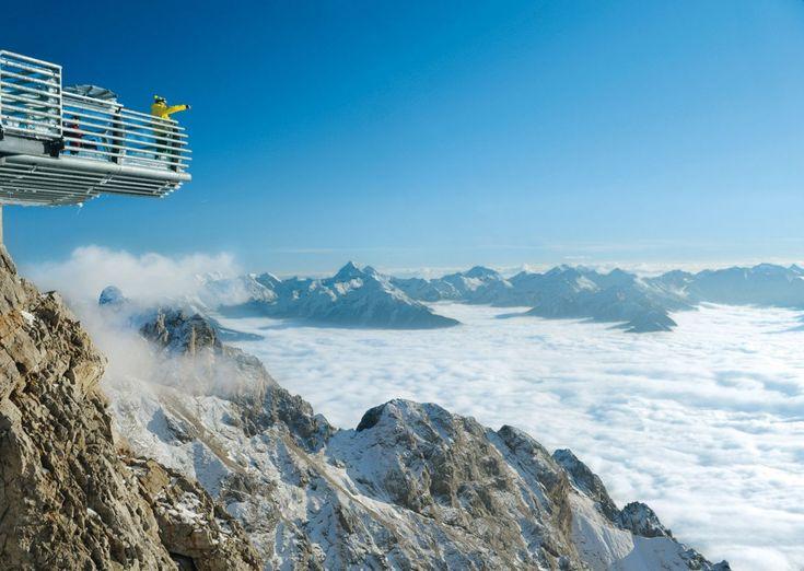 """Dachstein Skywalk -Stairway to Nothingness"""", questa passarella a 2.743 metri nelle Alpi austriache ha aperto lo scorso luglio. Per arrivarci si prende la funivia, quindi occorre seguire una strada lungo un ponte stretto e vertiginoso che ha una vista su un precipizio di 396 metri di profondità, e infine scendere 14 gradini lungo una parete rocciosa Cerca con Google"""