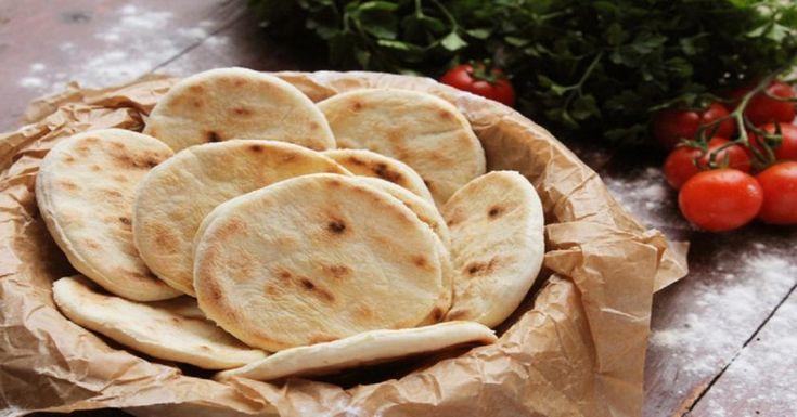 Domáci chlebík, tak ako ho nepoznáme. Pokojne ho môžeme nazvať bratrancom indického čapátí, arménskej lavaš, či irackej lafy. Tak či onak, jeho chuť je nezameniteľná ahodí sa ku všetkému. Kpolievkam, kmäsu, ale aj kobyčajnému zeleninovému šalátu. Keď ho raz pripravíte, celkom si ho zamilujete. Budete potrebovať: 400 g polohrubej múky 4 PL olivového oleja 2