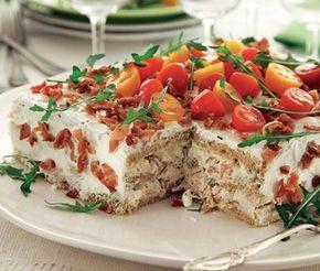 Mumsig klassiker med bacon, kyckling och majonnäs – nu som smörgåstårta. Låt gärna stå i kylen över natten. Garnera med ruccola och tomater strax före servering.