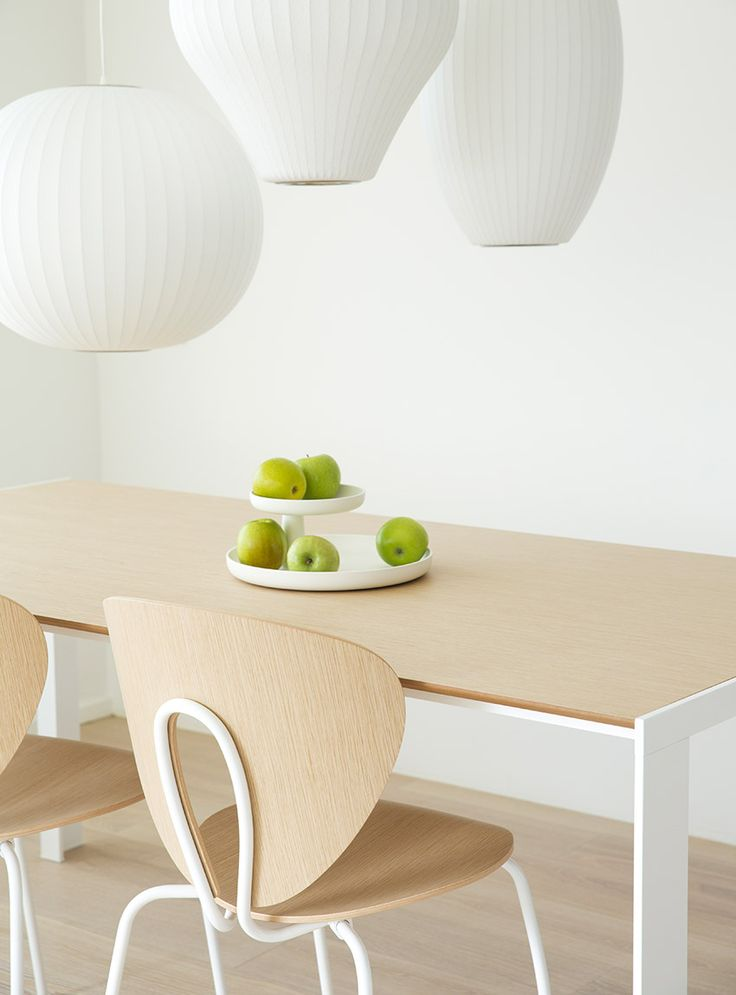 Oak finish is perfect to create clear and natural ambiances. STUA offers oak finish for Globus chairs and matching Deneb table. GLOBUS: www.stua.com/eng/coleccion/globus.html