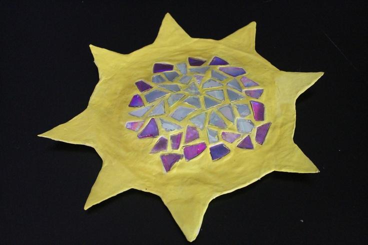 Sol de paper maché i trencadís realitzat amb trossos de CD.  Consulteu tutorial a http://manualitats.marharo.com/