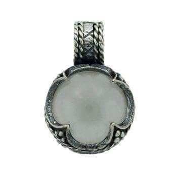 Vedhæng med Gotlandsk krystal Sølv: 120 kr  21 x 14 mm -  En gotlandsk sølvskat fra vikinge- tiden, ca. 800 - 1.100 e. Kr., gav  inspirationen til dette vedhæng.  Udover at være båret som et værdi- fulde smykker har krystallerne  sandsynligvis været brugt som forstørrelsesglas. Den firdelte indfatning henviser til  livets gang (f. eks. de fire årstider  eller himmelsretningerne), og de 3 små kugler symboliserer treenigheden.