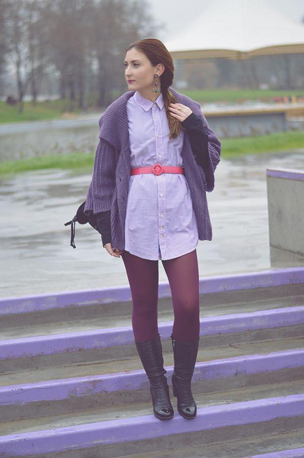 Acheter la tenue sur Lookastic: https://ca-fr.lookastic.com/mode-femme/tenues/cardigan-robe-chemise-bottes-mi-mollet-sac-a-dos-ceinture-serre-taille-boucles-d-oreilles-collants/6818   — Cardigan en tricot pourpre  — Boucles d'oreilles pourpres  — Bottes mi-mollet en cuir noires  — Sac à dos en cuir noir  — Robe chemise à rayures verticales grise  — Ceinture serre-taille en cuir fuchsia  — Collants pourpres