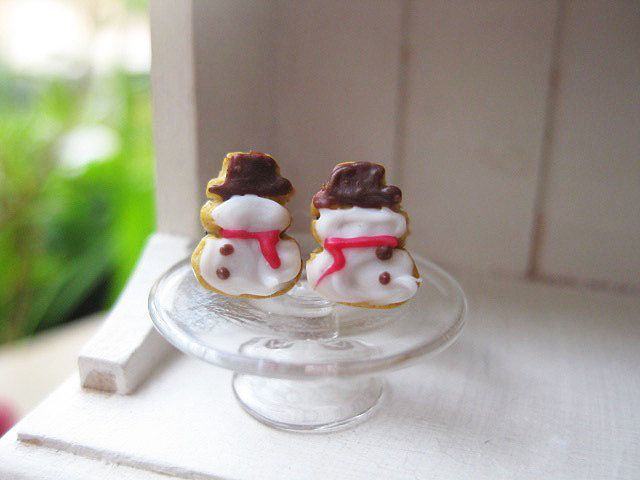Christmas Snowmen Cookies Stud Earrings _ 1/12 Dollhouse Scale Miniature Food _ Polymer Clay _ Foodie Gift by MarisAlley on Etsy