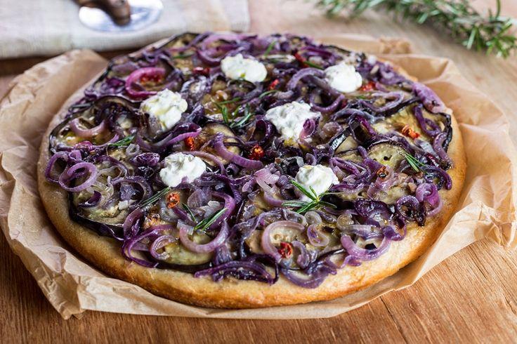 La focaccia con cipolle, melanzane e rosmarino è un piatto vegetariano saporito e aromatico. Prova la ricetta del Cucchiaio d'Argento!