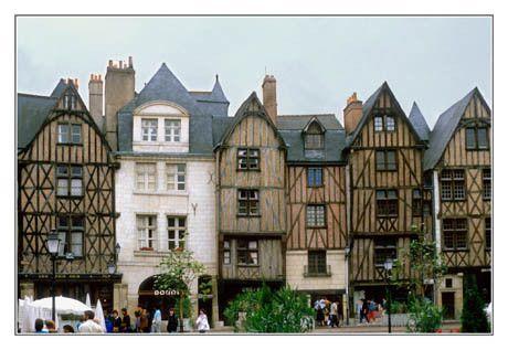 Tours - La place Plumereau - Indre-et-Loire dept. - Centre region, France      ...ducotedutreich2.wordpress.com