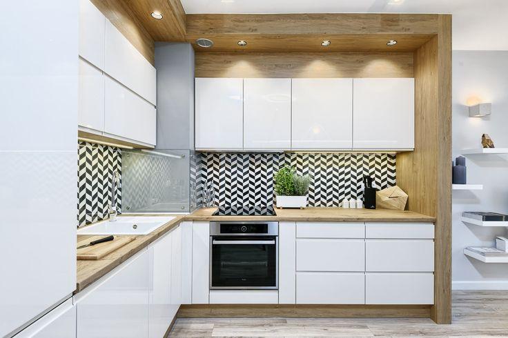Białe szafki i drewniane blaty w aranżacji kuchni
