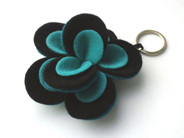 Portachiavi a fiore di feltro.Flower felt keychain. Verde petrolio, nero e verde acqua. Petrol green, Black and Water green. di Chiarasole su Etsy