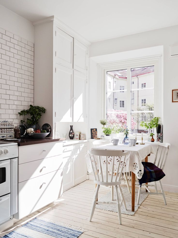 Love an eat in kitchen.  Or sit and peel potatoes there.  Or have a cup of coffee and chat with my daughter.  So bright and sunny