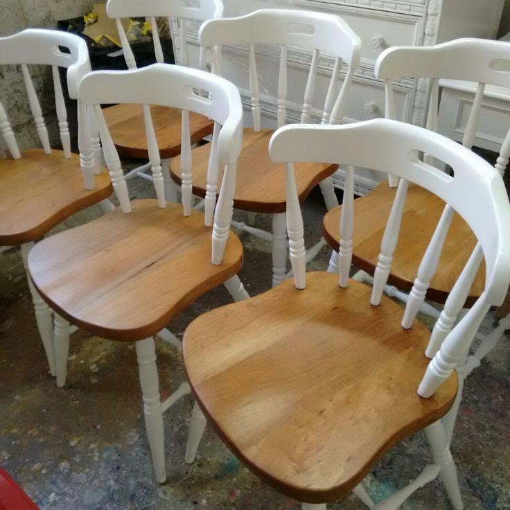 Cadeiras estilo country, laqueadas de branco acetinado e assento natural