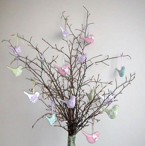 Colombe colorate per l'albero di Pasqua