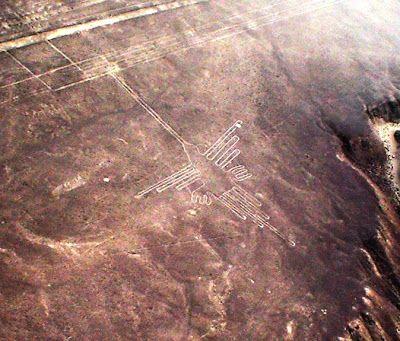 Petroglifos de Nazca, en Perú,  Esas figuras dibujadas con piedras sobre las laderas de los cerros, o en planicies. Se han identificado más de 30 geoglifos que representan aves, animales marinos y plantas. Uno de ellos representa a un pájaro de casi 300 metros y otro, un lagarto de 180 metros. También hay un pelícano, un cóndor, un mono y un araña gigantes. Lo curioso es que sólo pueden verse desde el aire sobrevolando la zona.