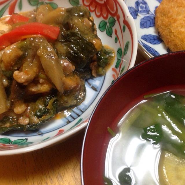 厚揚げの炒め物にはほうれん草とパプリカと茄子に荒い豚ひき肉入り。付け合わせは出来合いのかぼちゃコロッケ。ほうれん草と三つ葉のお味噌汁を火にかけていたら土鍋からヒビ。慌てて別の鍋に移し替えました。 - 5件のもぐもぐ - 厚揚げと野菜の麻婆炒め。 by tomoyo