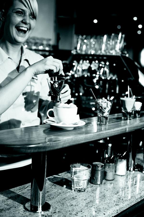 """Kaffe aus Italien  Im Hochschober genießen Sie Kaffee der Marke Hausbrandt aus Triest – frisch zubereitet aus einer hochprofessionellen Kaffeemaschine namens """"Atalante"""". Sie stammt aus Frankreich und wurde in einer limitierten Auflage produziert. In ganz Österreich gibt es nur 10 Stück. Zwei davon stehen im Hochschober: An der Bar und im Bereich """"Bohne & Blatt"""", wo Sie sich zum Frühstück Ihren Kaffee nach Wunsch zubereiten lassen können. Natürlich von unseren ausgebildeten Baristas."""
