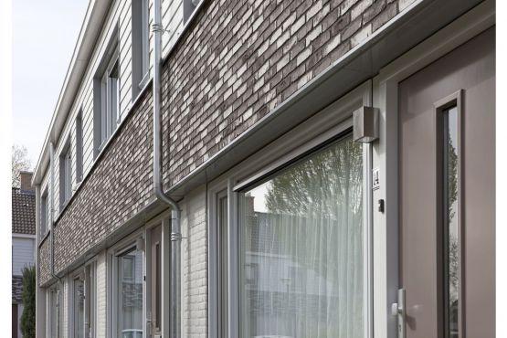 Roval Aluminium. Complete gevelrenovatie van 69 woningen in Budel. Met duurzame aluminium oplossingen in de vorm van waterslagen, dagkantprofielen, doorvalbeveiliging en zetwerk boven deuren en kozijnen.