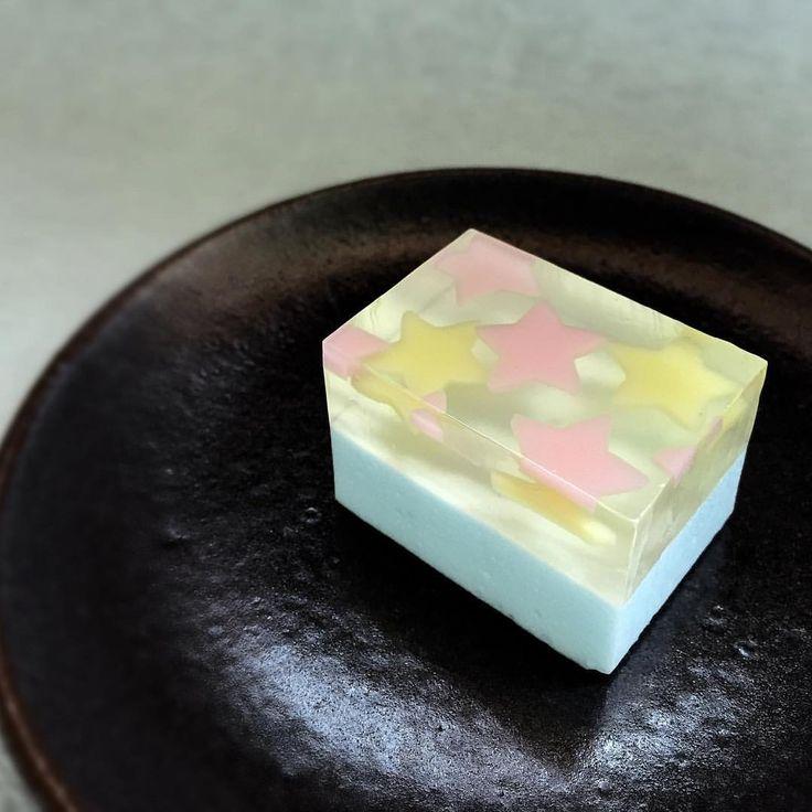 こんにちは。三英堂の今日のお菓子です。 菓銘は「願い星」 今日は可愛らしさ重視で作ってみました。 七夕の夜も満天の星空を見られますように…。 #和菓子 #生菓子 #wagashi #japaneseconfectionery #japanesesweets #お菓子 #sweets #三英堂 #松江 #星 #star