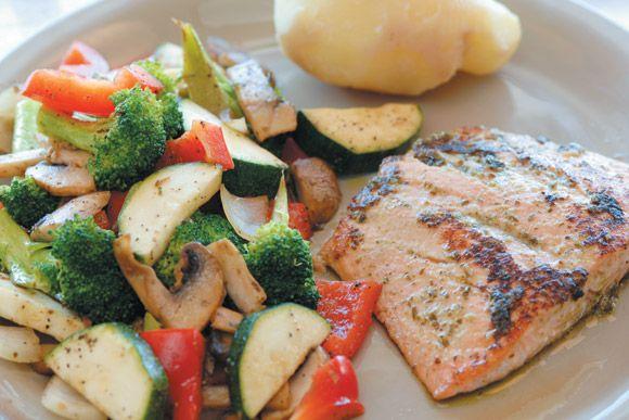 Laksefilet med pesto og wokete grønnsaker