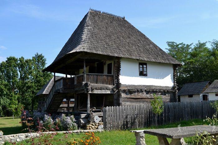 Casa Coltescu – Carbunesti-Sat. Interesant e ca are două încăperi care comunică între ele, dar au și intrări separare, dotată și cu plimbător