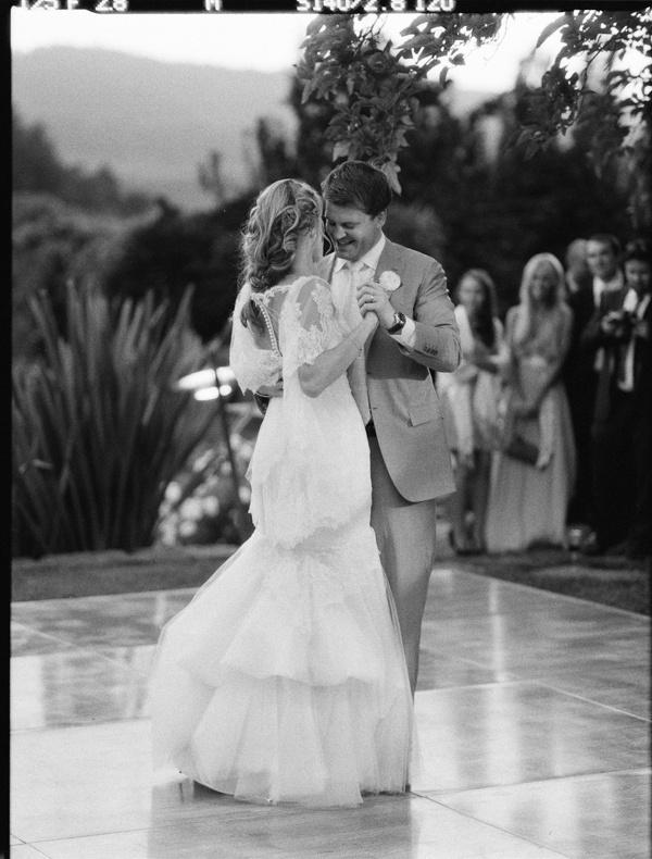 Clara si Andrei au fost dansat un hit pe ringul de dans! Aratandu-ne ca s-au bucurat într-adevăr de primul lor dans, doar uitati-va la conexiunea lor, asa trebuie sa o faceti si voi! www.stop-and-dance.ro