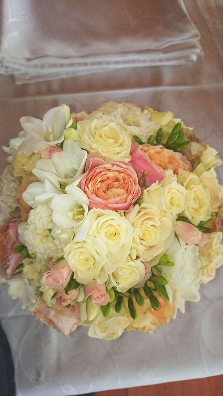 Még mindig a pasztellszínek a legdivatosabbak! Ez a gömb menyasszonyi csokor krém és rózsaszín rózsából + fréziából tökéletes választás tavaszi esküvőre. Szeretnél hasonlót? Elkészítjük neked! http://eskuvoidekor.com/viragdekoracio