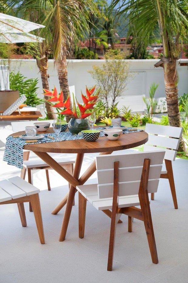 Mesa para refeições Graúna, em freijó, por R$ 3.400, e cadeira Caborê, em freijó com laca, por R$ 1.939