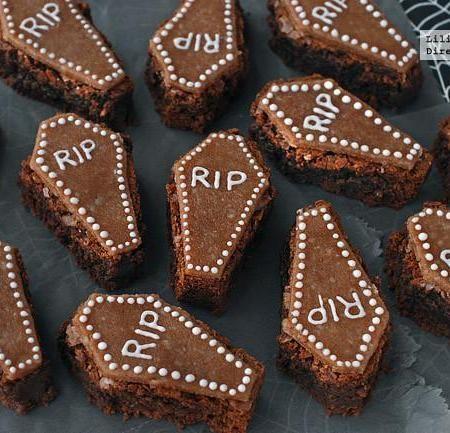Brownies ataúd de chocolate y mazapán. Receta de Halloween