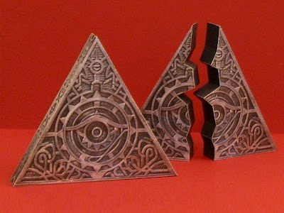 Tomb Raider`s Triangle Of Light Papercraft - by Tektonten ----        From 2001 movie, Lara Croft: Tomb Raider, a cool artefact, the Triangle Of Light, designed by Tektonten. Read more and download this cool model at Tektonten`s website.