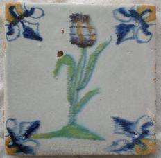 Antieke tegel met polychrome bloem  (zeldzaam )