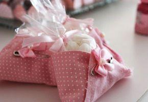 fraldinha em tecido de chá de fraldas e cha de bebe com docinhos