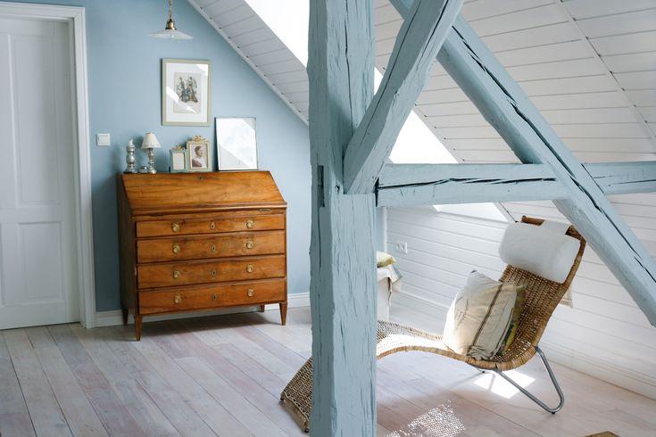 Hier wurden die Wand und die Balken in ´Niagara´ gestrichen. Ein leichtes, charmantes Hellblau!