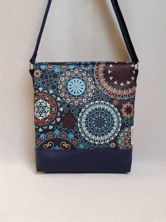 Gyönyörű színekben pompázik ez a táska! A kék egyre népszerűbb, mert nagyon harmonikus, sokféle ruhához fel lehet venni, nagyon sokan szeretik. A mandala minta teljesen egyedi, saját tervezésű anyag. Lovely-bag 03 #női #táska