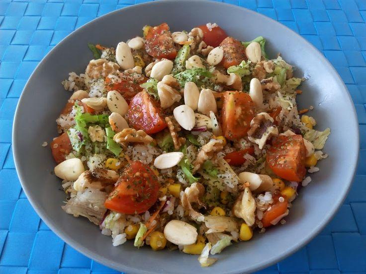 PREPARACIÓN Preparar elarroz y la quinoa. Para ello poner a hervir durante 15 minutos y después colar. Por otra parte preparar una ensalada al gusto (en este caso contiene lechuga, maíz, zanahoria…