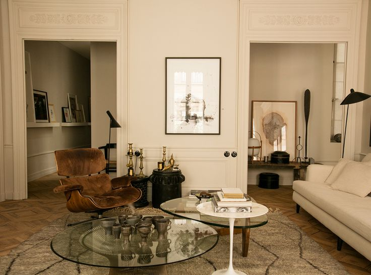 More interior inspiration on www.ringthebelle.com home / interieur / inspiration / lyon / Maison Hand / decoration / fauteuil eames / vintage / tapis berbère / #ringthebelle / #storystore / #maisonhand