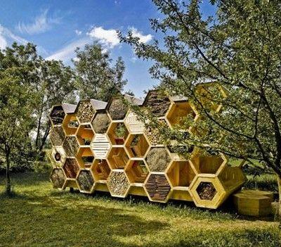 Francuskie biuro AtelierD zaprojektowało hotel dla pszczół, w którym mogą wypoczywać również odważni ludzie. Instalacja nazywa się K-abeilles i zapewnia schronienie dzikim pszczołom łącząc dobry ogrodowy design z ekologią. http://www.sztuka-krajobrazu.pl/270/slajdy/projekt-ogrodu-hotel-dla-pszczol