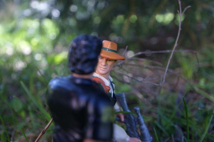 Malcolm ordonne à Eddie d'abattre le stegosaure pour sauver Sarah!  Eddie hésite et explique à Ian que c'est juste pour défendre son petit!