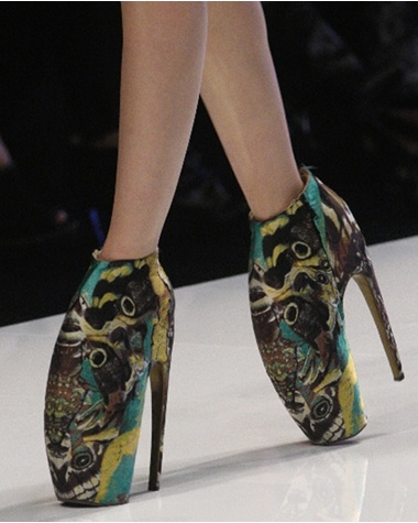 <3: Armadilloshoes, Alexander Mcqueen Shoes, Walks, Points Shoes, Crazy Shoes, Alexandermcqueen, High Heels, Armadillo Shoes, Mcqueen Armadillo