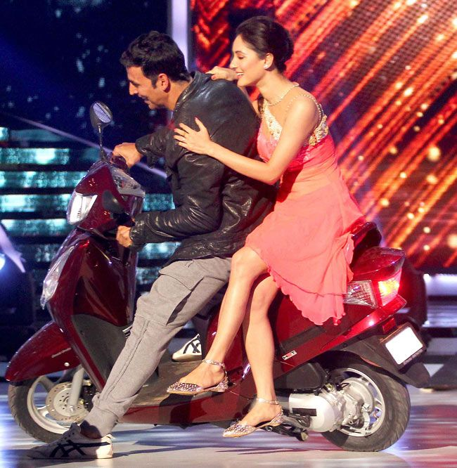 Akshay Kumar and Pooja Bose go on a scooter ride on the sets of Jhalak Dikhhla Jaa 7. #Style #Bollywood #Fashion #Beauty