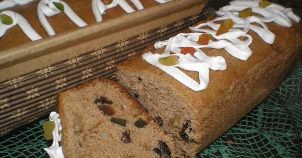 Recheio:  - 2 xícaras de nozes picadas (castanhas-do-pará ou amêndoas ou outra)  - 1 xícara de frutas cristalizadas  - 2 xícaras de uva-passa  - ¾ de xícara de conhaque  - Massa:  - 250 g de manteiga em temperatura ambiente  - 1 xícara de açúcar branco  - 1 xícara de açúcar mascavo  - 1 colher (chá) essência de nozes (ou outra)  - 7 ovos em temperatura ambiente  - 2,5 xícaras de farinha de trigo  - 1 xícara de farinha de trigo integral  - 1 colher (sobremesa) de fermento em pó  - 1 colher…