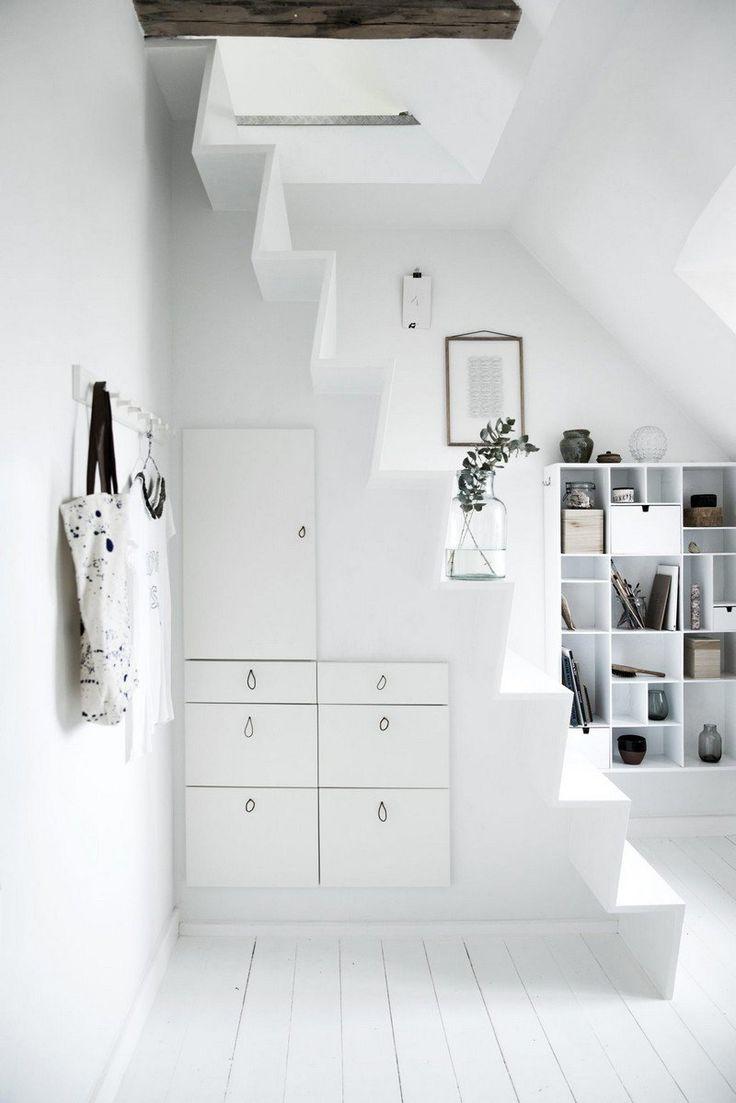 rangement sous escalier moderne et fonctionnel - meubles d'entrée fixés au mur sous l'escalier étroit