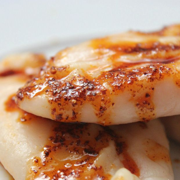 Çerkes Yemekleri - Metaz  Buğday unundan hazırlanan hamurun içine peynir konulur ve ardından kapatılan hamurlar suda pişirilir. Birazcık mantıyı hatırlatsa da aslında tam olarak değildir. Suya pişen mini börekçikler diyebiliriz.